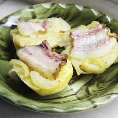 Запеченный картофель с копченым беконом - рецепт с фото