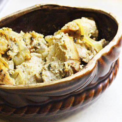 Домашний петух в сметанном соусе со специями - рецепт с фото