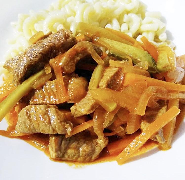 Азу из говядины с морковью и маринованными огурцами