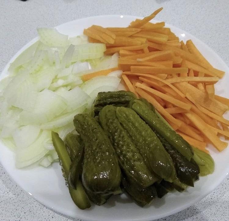 Фото рецепта - Азу из говядины с морковью и маринованными огурцами - шаг 2