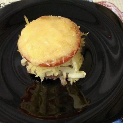 Стожки из фарша с картошкой и помидором - рецепт с фото