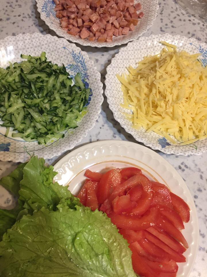 Фото рецепта - Домашняя шаурма с овощами, колбаской и сыром - шаг 3