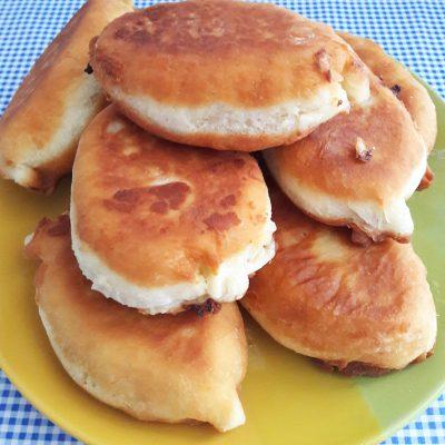 Дрожжевые пирожки с капустой - рецепт с фото
