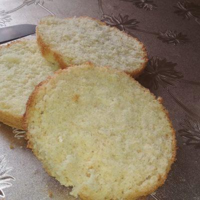 Фото рецепта - Бисквитный торт с кремом и вишней - шаг 9
