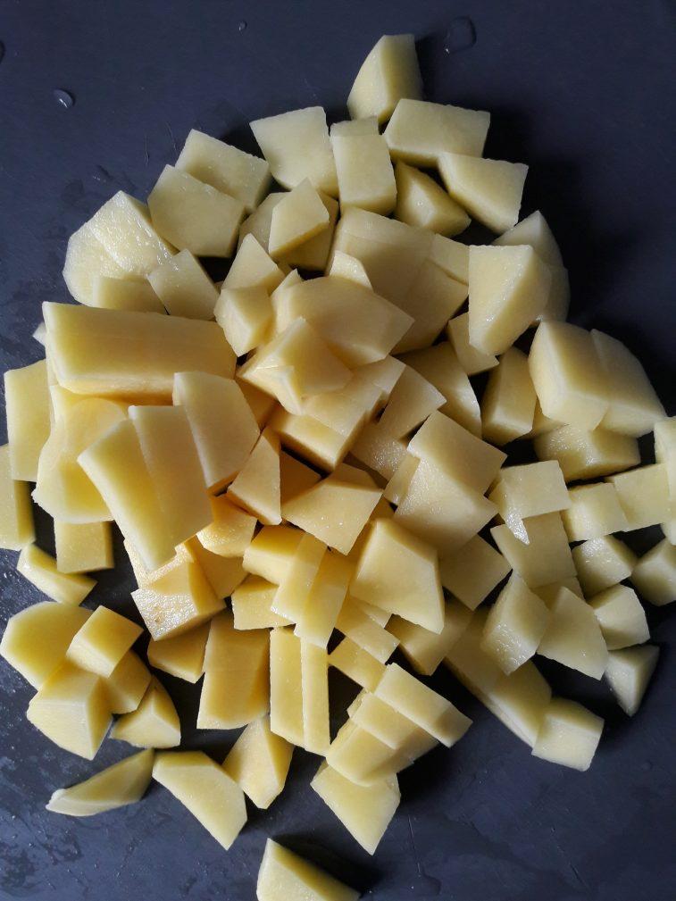 Фото рецепта - Легкий куриный супчик с овощами и макаронами - шаг 2