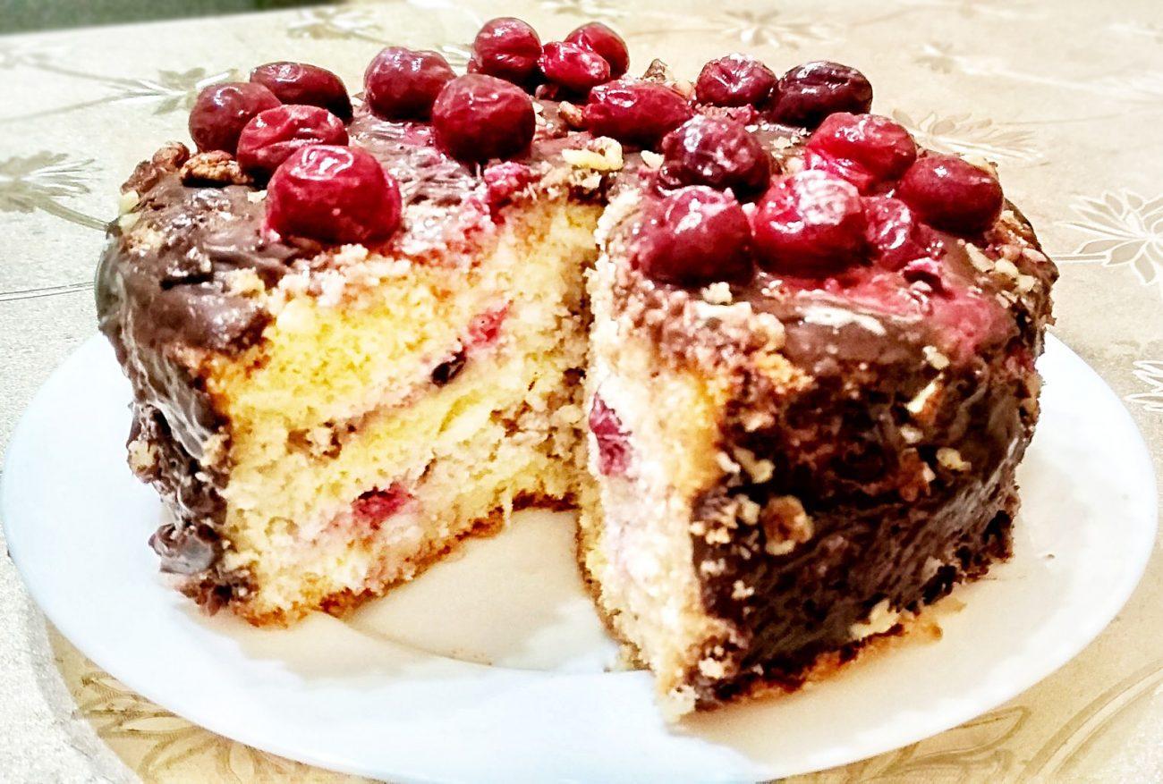 Бисквитный торт с кремом и вишней