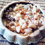Красная фасоль с мясом, запеченная в горшочке
