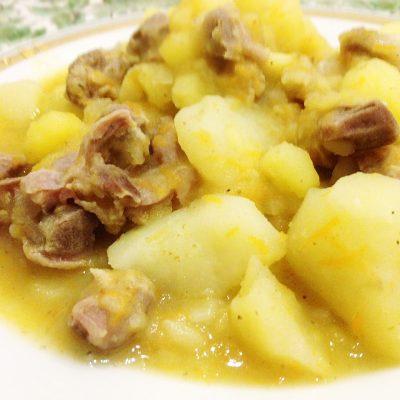 Тушеный картофель с куриными желудками и специями - рецепт с фото