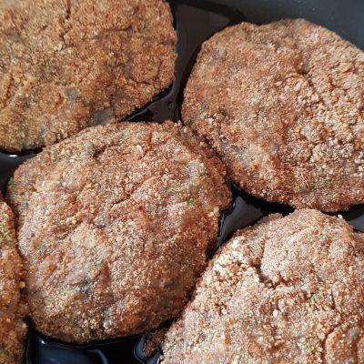Фото рецепта - Куриные котлеты с грибами - шаг 4
