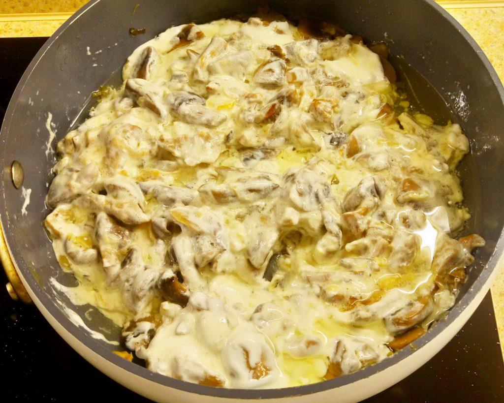 Фото рецепта - Картофельные дольки в грибном соусе (запеканка) - шаг 4