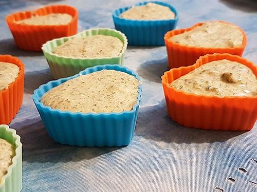 Фото рецепта - Творожные кексы со шпинатом и морковью - шаг 5