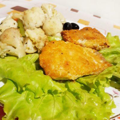 Жаренная рыбка в панировке с овощами - рецепт с фото