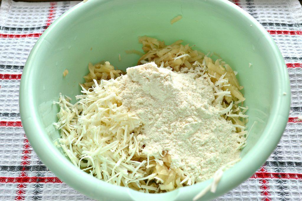 Фото рецепта - Картофельные оладьи с копченым сыром - шаг 2