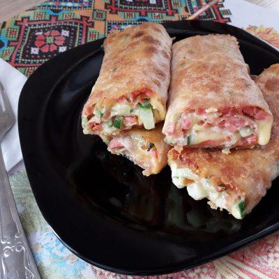 Лаваш жареный с колбаской, сыром и огруцами - рецепт с фото