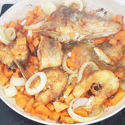 Судак, жаренный с морковью - рецепт с фото