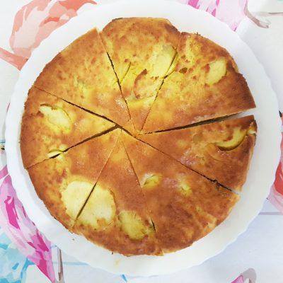 Шарлотка с яблоками — заливной пирог - рецепт с фото