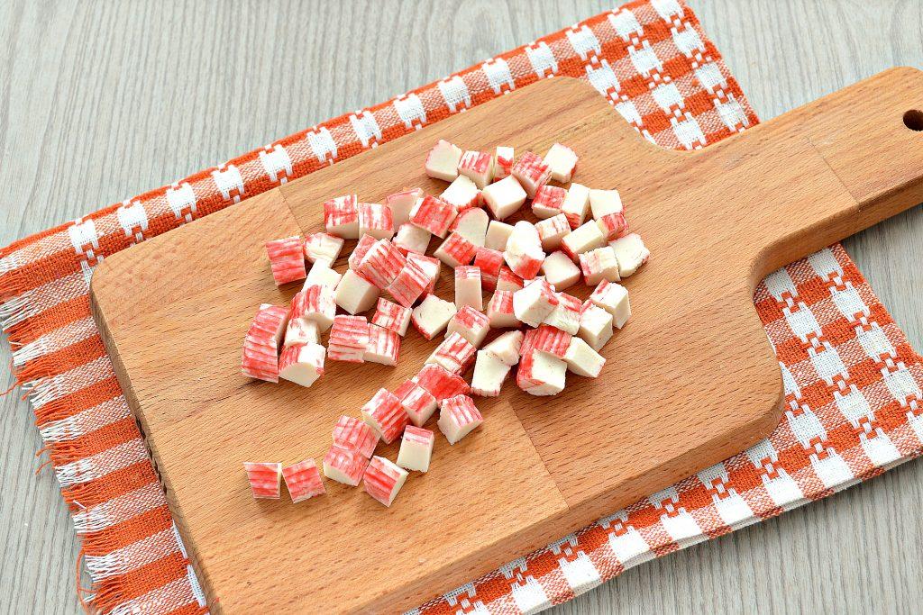 Фото рецепта - Постный капустный салат с крабовыми палочками и кукурузой - шаг 3