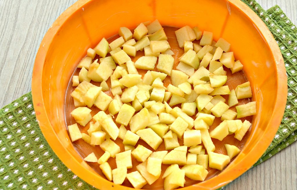 Фото рецепта - Яблочная шарлотка с крахмалом - шаг 4