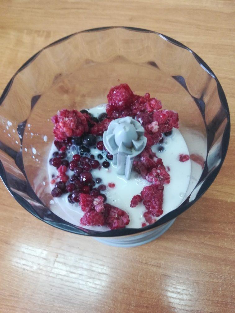 Фото рецепта - Молочный смузи-боул «Лесные ягоды» - шаг 4