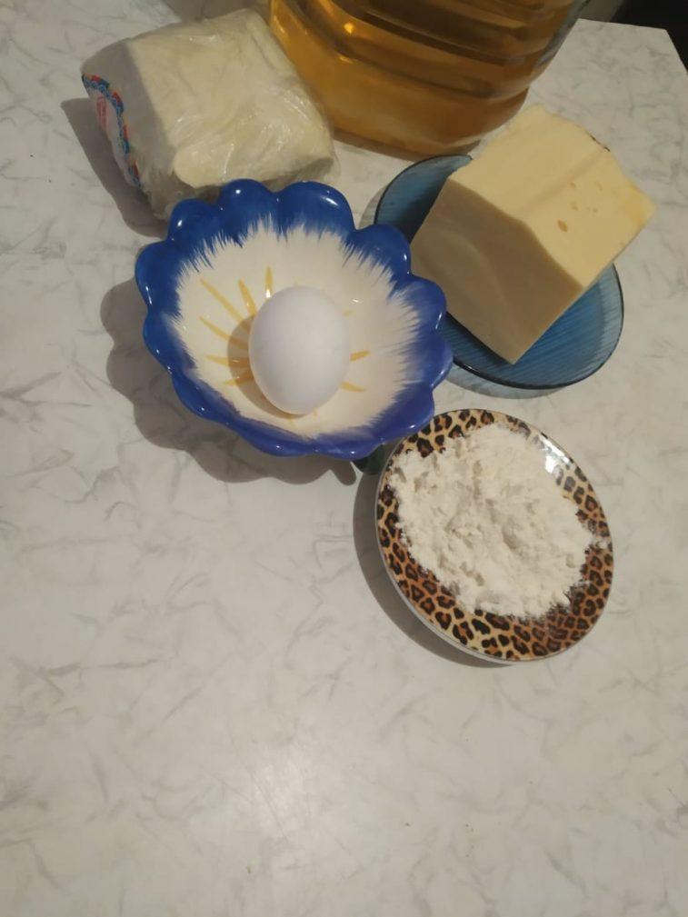 Фото рецепта - Хачапури  из слоенного теста с сыром - шаг 1