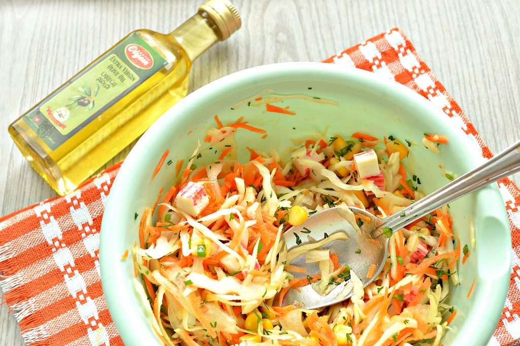 Фото рецепта - Постный капустный салат с крабовыми палочками и кукурузой - шаг 6