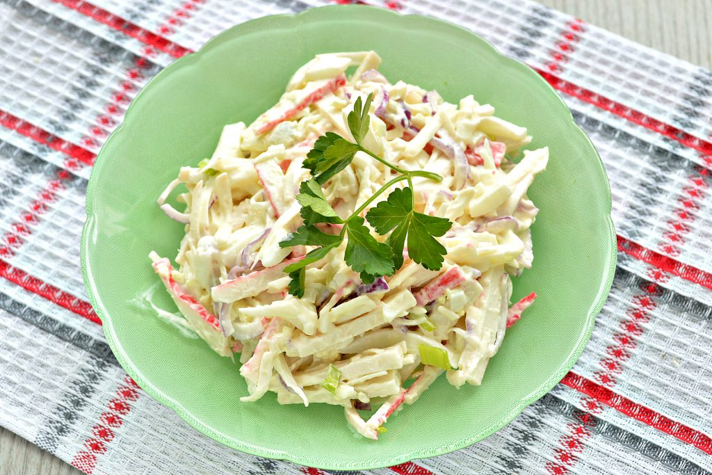 Фото рецепта - Крабовый салат с яйцом и колбасным сыром - шаг 5