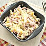 Кукурузный салат с копченой колбасой и капустой