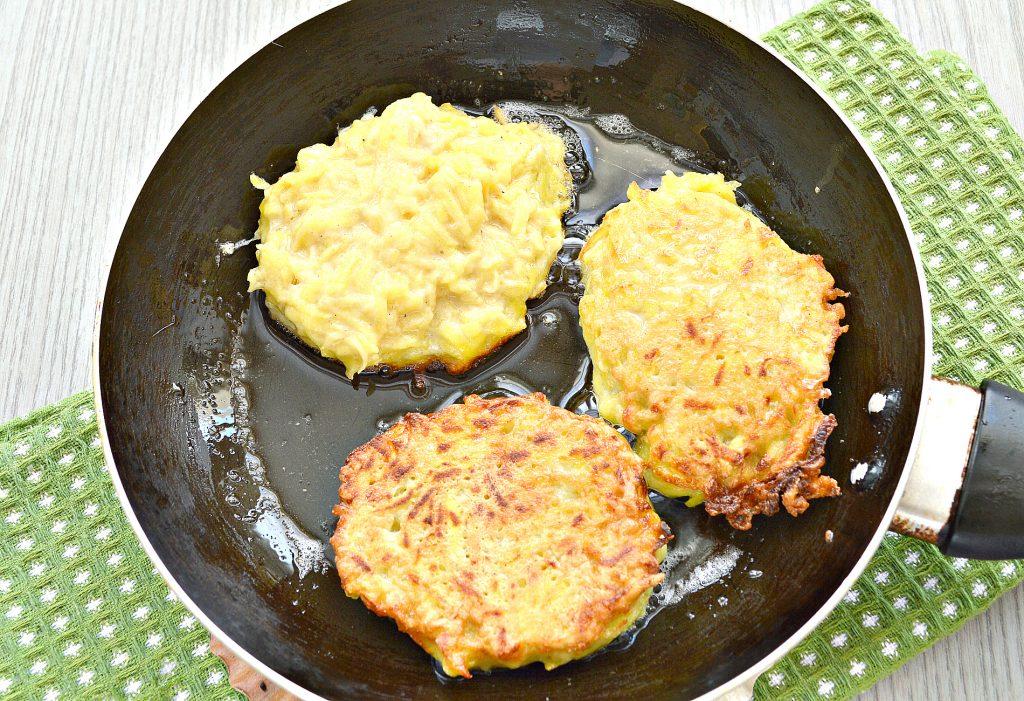Фото рецепта - Картофельные котлеты с сырной начинкой (драники) - шаг 7