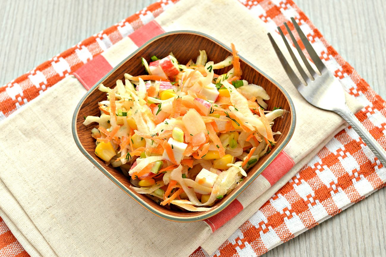 Постный капустный салат с крабовыми палочками и кукурузой