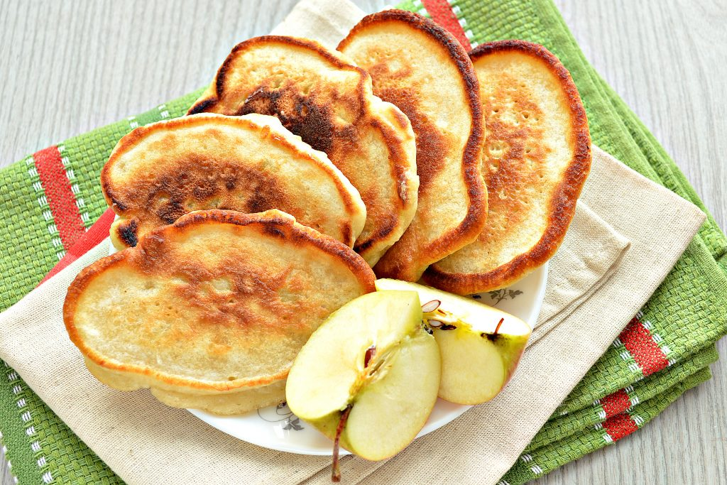 Фото рецепта - Оладьи с яблоками, на молоке - шаг 7