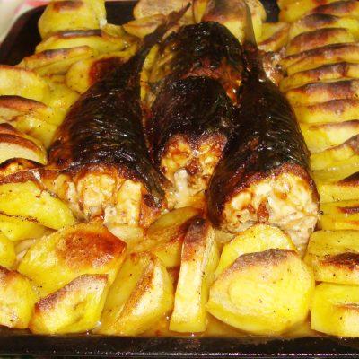 Скумбрия запеченная с картошкой по-деревенски - рецепт с фото