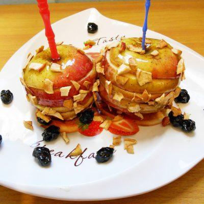 Яблоки в карамели с имбирем и изюмом - рецепт с фото