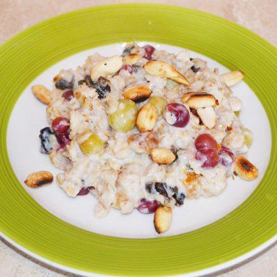Быстрый и полезный завтрак: овсянка с крыжовником, арахисом и сухофруктами - рецепт с фото