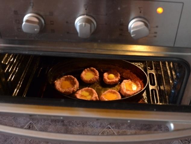 Фото рецепта - Запеченные мясные гнезда с яйцом (котлеты) - шаг 6