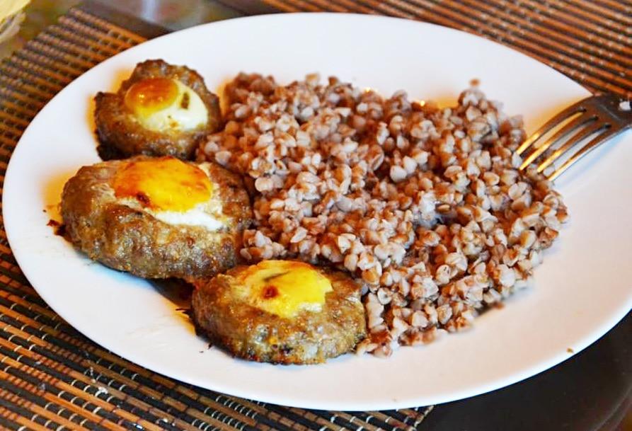 Запеченные мясные гнезда с яйцом (котлеты)