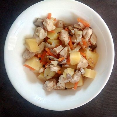 Картофель тушёный с курицей и вешенками - рецепт с фото