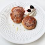 Сырники из гречневой муки со смородиной
