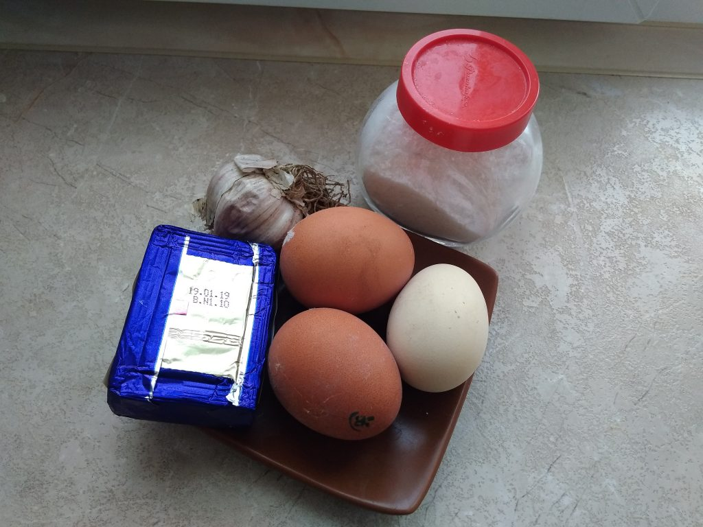 Фото рецепта - Сырно-яичные шарики с чесноком - шаг 1