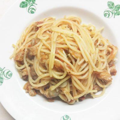 Спагетти с бужениной, шампиньонами и луком - рецепт с фото