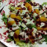 Салат с копченной грудинкой и персиками под смородиновым соусом