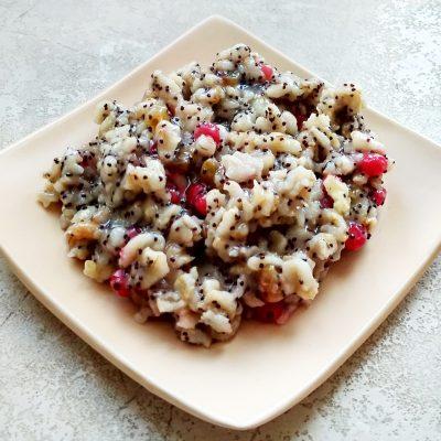 Сладкая овсянка с ягодами, изюмом, орехами и медовой заливкой - рецепт с фото