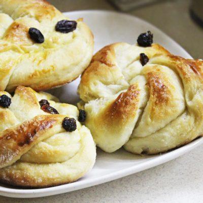 Пышные дрожжевые булочки с клюквой - рецепт с фото