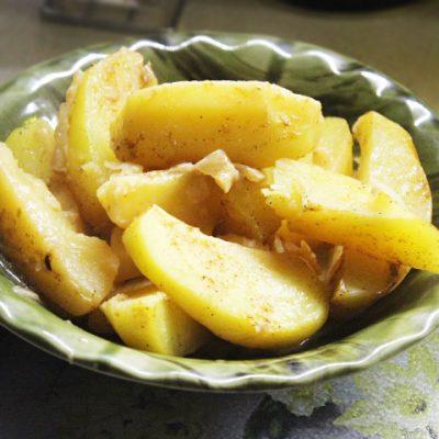 Запеченная картошка с корневым сельдереем — вкусный и нежный гарнир - рецепт с фото