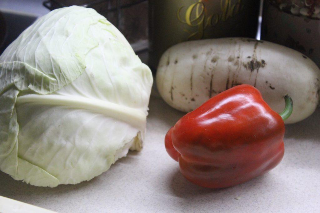 Фото рецепта - Овощной салат с дайконом и соевым соусом - шаг 1