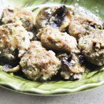 Фрикадельки в сметанном соусе с грибами