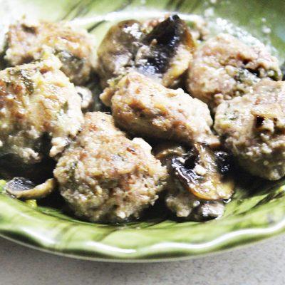 Фрикадельки в сметанном соусе с грибами - рецепт с фото