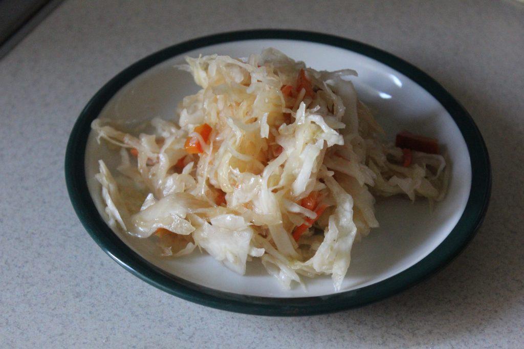 Фото рецепта - Овощной салат с дайконом и соевым соусом - шаг 5