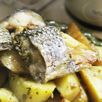 Запеченная кефаль в соевом соусе с картофелем - рецепт с фото