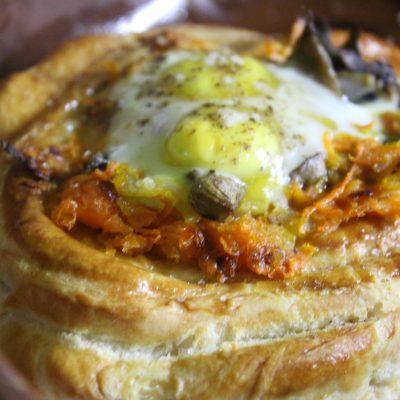 Дрожжевые слойки с грибами и перепелиными яйцами - рецепт с фото