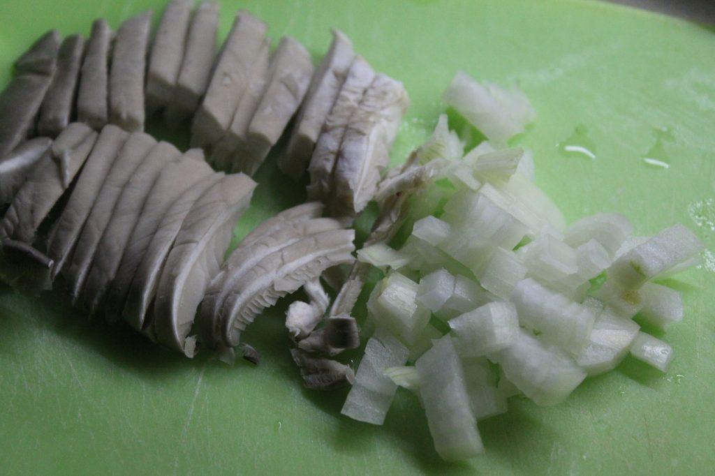 Фото рецепта - Запеченные блины с грибами и луком - шаг 2